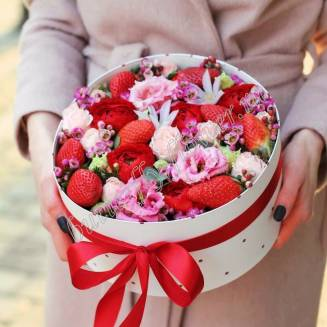 "Food bouquet of ranunculus, spray roses, eustoma and strawberries in designer box ""Fashionable Print"""