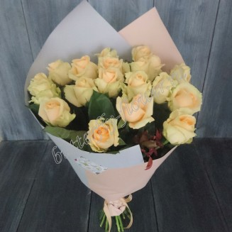 "Bouquet of 19 cream roses in the package ""Gentle morning"""