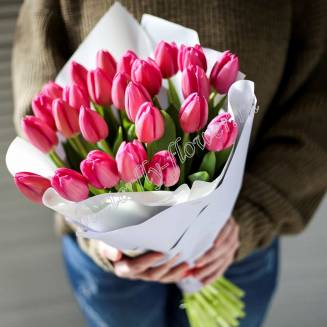 Bouquet of 25 pink tulips in craft
