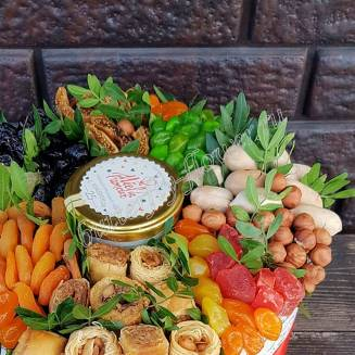 """Bouquet of dried fruits and honey in the designer box """"Field of Miracles"""""""