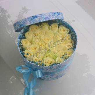 "Bouquet of white roses in a decorative box ""Blue Sky"""