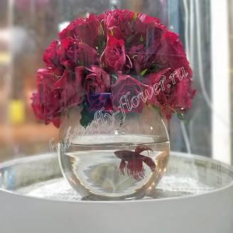 """Arrangement of red roses in a vase-aquarium """"Red Fish"""""""