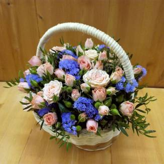 """Basket with spray roses and the statistic """"Cornflower Dawn"""""""