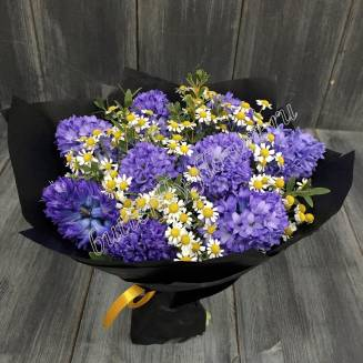 """Bouquet of hyacinths and matricaria in black craft """"Dark-blue Sky"""""""