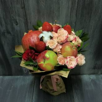 "Food bouquet with roses, strawberries and fruits ""Bulk apple"""