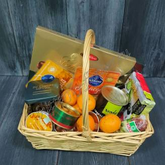 "Gift basket with products, sweets, fruits and New Year's decor ""Gastronom"""