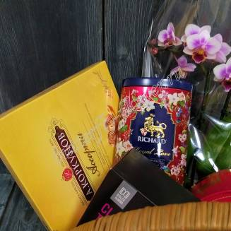 "Gift basket with tea, coffee, sweets, fruits and flowers ""Pink Orchid"""