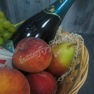 "Gift basket with sweets, fruits and alcohol (Russian Champagne) as a gift ""Ladies' Man"""