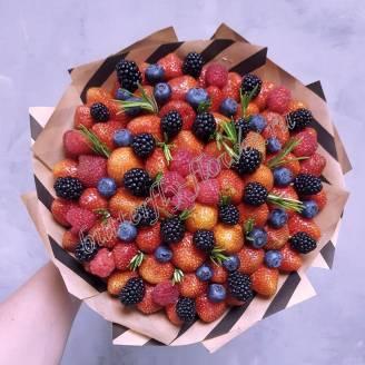"Food bouquet of strawberries, blackberries, raspberries and blueberries in craft ""Berry No.615"""