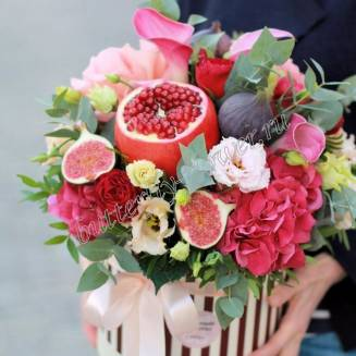"Food fruit bouquet of pomegranate, fig, hydrangea, calla lilies and eustoma in a hat box ""Luxury"""