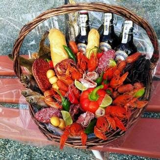 "Bouquet of crayfish, sausages, vegetables, cheese and beer in the basket ""Delicious No.701"""
