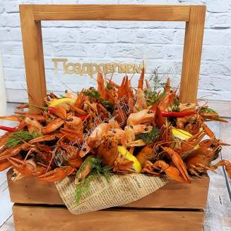 """Bouquet of 2 kg of crayfish, shrimp, lemon and herbs in a wooden box """"Delicious No.707"""""""