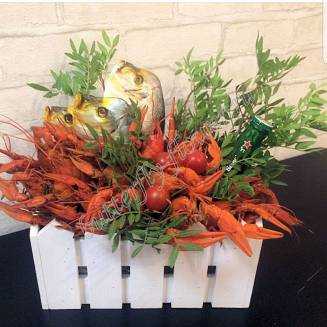 """Bouquet of crayfish, fish, tomatoes and alcohol (beer) as a gift in a wooden box """"Delicious No.721"""""""