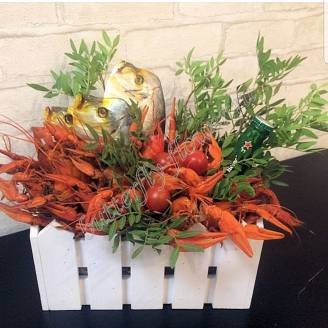 "Bouquet of crayfish, fish, tomatoes and alcohol (beer) as a gift in a wooden box ""Delicious No.721"""