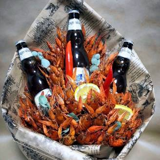 "A bouquet of 1.5 kg of crayfish, lemon, pepper and alcohol (beer) as a gift ""Delicious No.724"""