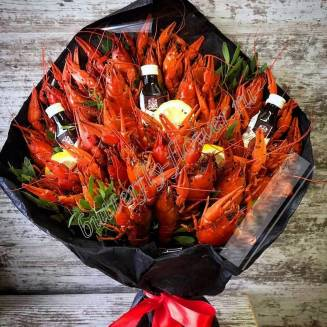 """Bouquet of 2 kg of crayfish, lemon, herbs and alcohol as a gift in a black craft """"Delicious No.725"""""""