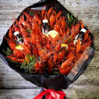 "Bouquet of 2 kg of crayfish, lemon, herbs and alcohol as a gift in a black craft ""Delicious No.725"""