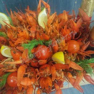 """Bouquet of crayfish, tomatoes, lemon, herbs and alcohol (beer) as a gift in a wooden box """"Delicious No.732"""""""