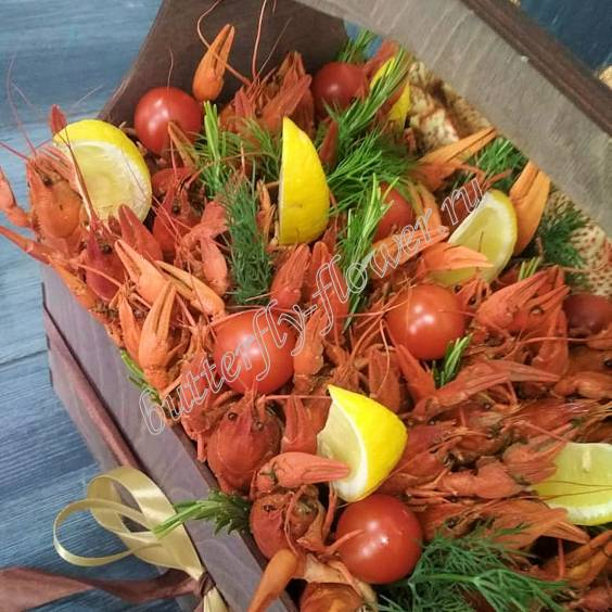 "Bouquet of 1.5 kg of crayfish, crab, tomatoes, lemon and herbs in a wooden box ""Delicious No.734"""