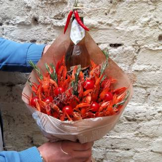 """Bouquet of crayfish, tomatoes, rosemary and alcohol (beer) as a gift """"Delicious No.735"""""""