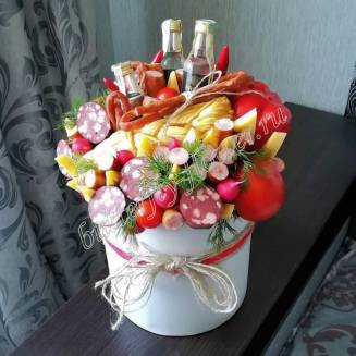 "Food meat bouquet of sausage, vegetables, cheese and alcohol (as a gift) in a hat box ""For Man No.928"""