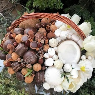 """Food bouquet of sweets, candies and nuts in a wicker basket """"Sweet No.806"""""""