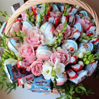 """Food bouquet of sweets and flowers in a wicker basket """"Sweet No.807"""""""