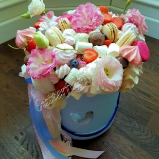 """Food bouquet of eustoma, strawberries, macarons, sweets and sweets in the design box """"Sweet No.814"""""""